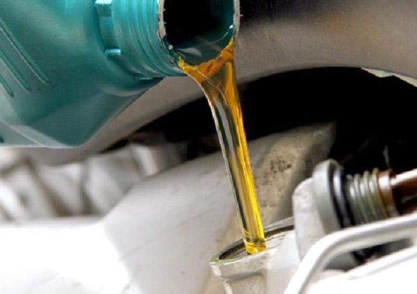 xe máy đi bao lâu thì phải thay dầu máy định kì