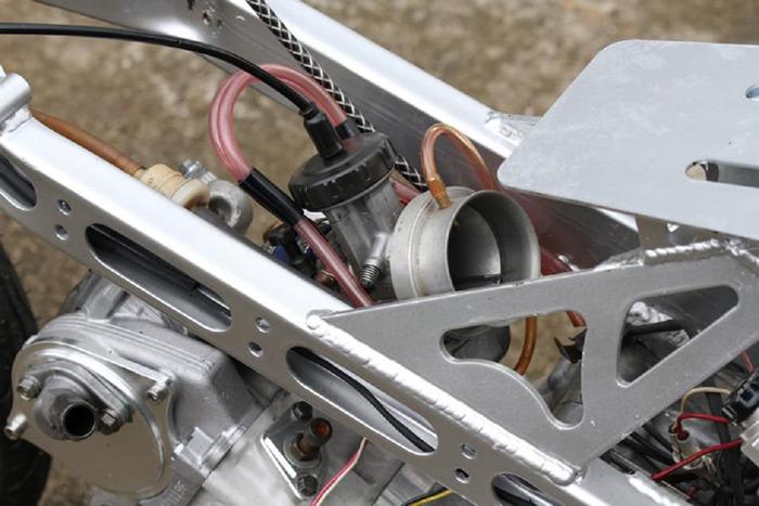 """Trái tim PWK33 trên xe mà mọi người vẫn gọi với cái tên quen thuộc """"Hũ chao 33"""". Bình xăng này giúp chiếc xe chỉ cần """"Vặn là Có""""."""