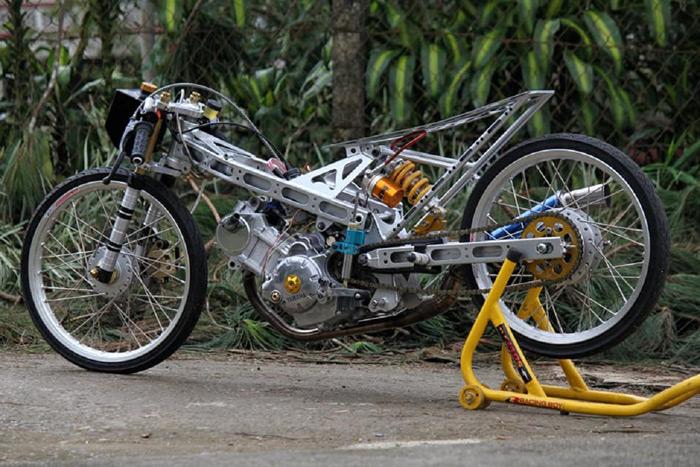 Những chi tiết dàn nhựa rườm rà được tháo bỏ để lộ bộ khung sườn nhôm. Bình xăng nguyên thủy được thay thế bằng bình xăng nhôm JRP Thái Lan nổi tiếng