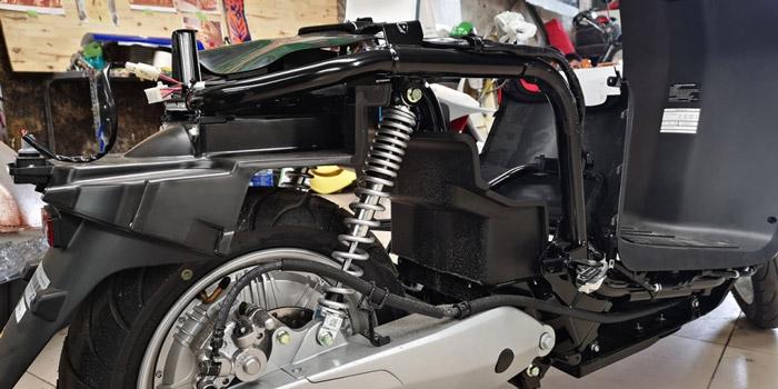 Thời gian sạc điện của xe máy điện còn hạn chế
