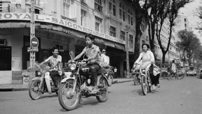 """""""Min-khờ"""", đại gia mũ cối thời bao cấp trên đường phố Sài Gòn"""