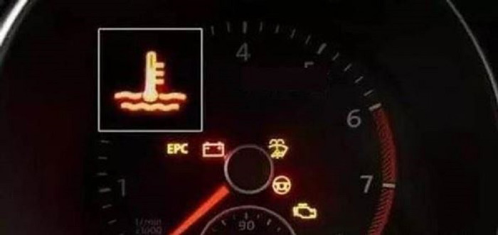 Đèn cảnh báo nước làm mát phát sáng trên xe Air Blade
