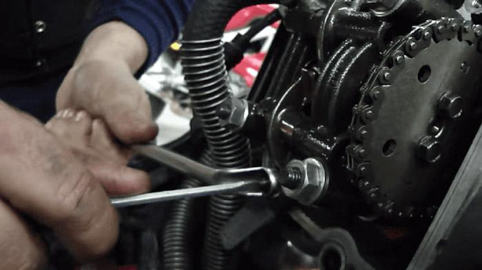 Pát gài của một số chi tiết trên xe Air Blade bị rung lắc khiến xe bị kêu rè rè