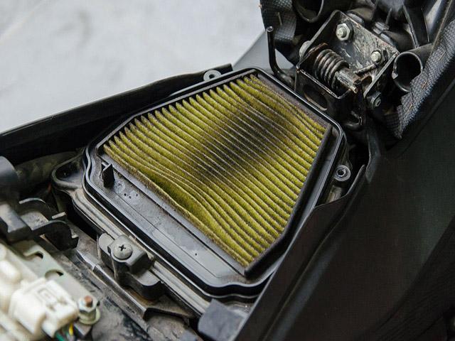 Bụi bẩn từ miếng lọc giá của xe máy tích lũy lâu cũng sẽ gây ra khói đen