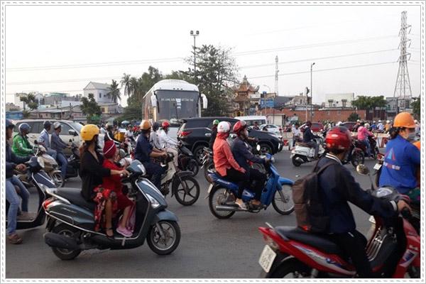 Cách sang đường khi đi xe máy tuân thủ Luật giao thông