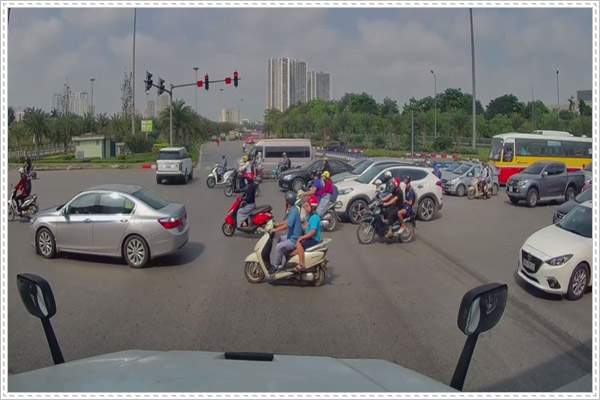 Kinh nghiệm qua đường an toàn cho xe máy tại Việt Nam