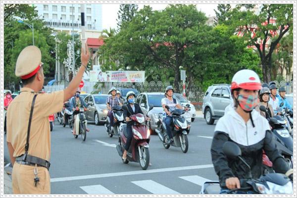 Cách ce máy qua đường đúng cách để bảo vệ an toàn