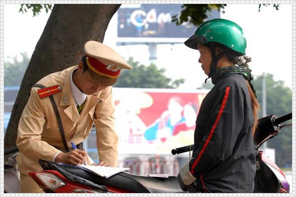 Bạn có biết xe máy lỗi không gương phạt bao nhiêu tiền