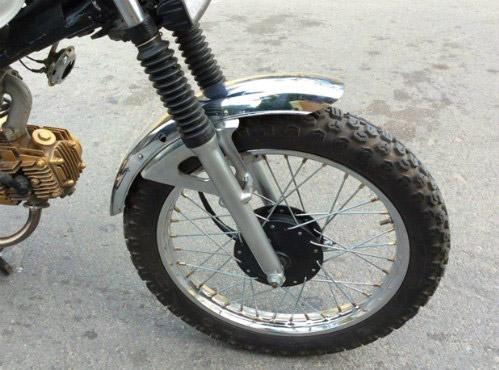 Chắn bùn được thiết kế gọn cũng bộ lốp gai