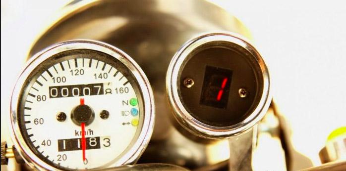 Cụm đồng hồ tròn hiển thị số km và vòng tua