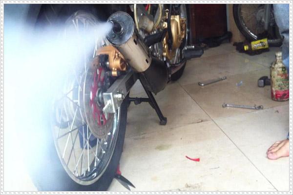Pô xe máy nhả khói màu lạ