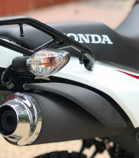 Ống pô được lắp đặt ở vị trí rất cao, song song bạn cũng nhìn thấy kích thước đèn xi-nhan phía sau bằng kích thước của hệ thống đèn phía trước