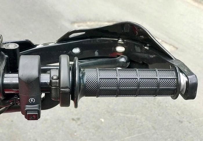 Ở tay lái phải là trang bị nút khởi động điện, và bao tay bên này cũng được thiết kế tương tự như tay trái