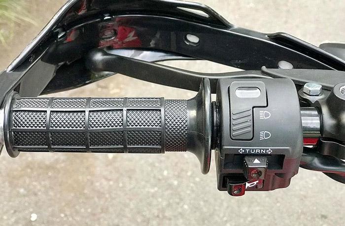 Tay lái trái là nút đèn xi-nhan còi xe và hệ thống bật đèn chiếu sáng. Ngoài ra bao tay được thiết kế có độ nhám để tạo độ bám chặt cho người cầm lái khi vượt qua những địa hình gồ ghề