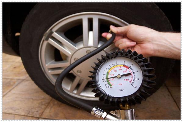 Lốp xe ô tô bơm bao nhiêu cân là đủ?