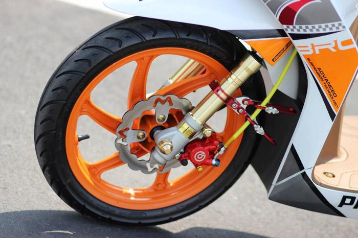 Dàn chân trước của xe không thể thiếu đồ chơi vành xe độc đáo và cặp phuộc giảm xóc ngược