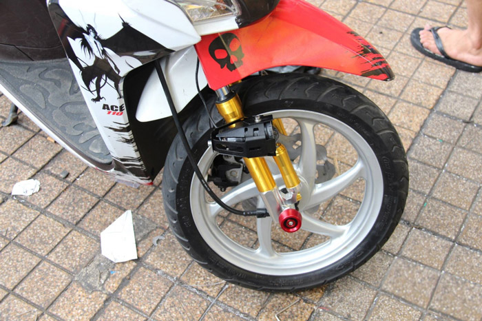 Bộ đèn Led được trang bị ở phuộc trước nhằm tăng cường độ sáng cho xe