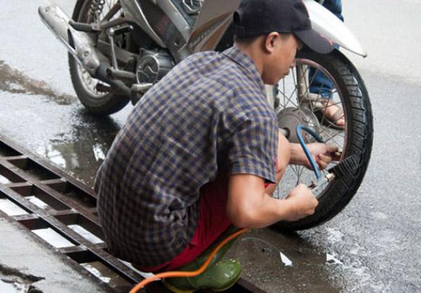 Kiểm tra áp suất lốp xe, không để lốp xe quá non