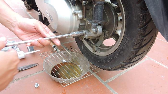 Kiểm tra và thay dầu láp cho xe