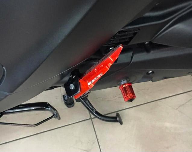 Chủ nhân của chiếc xe cũng không quên trang bị những món đồ chơi cần thiết cho dàn phía sau xe