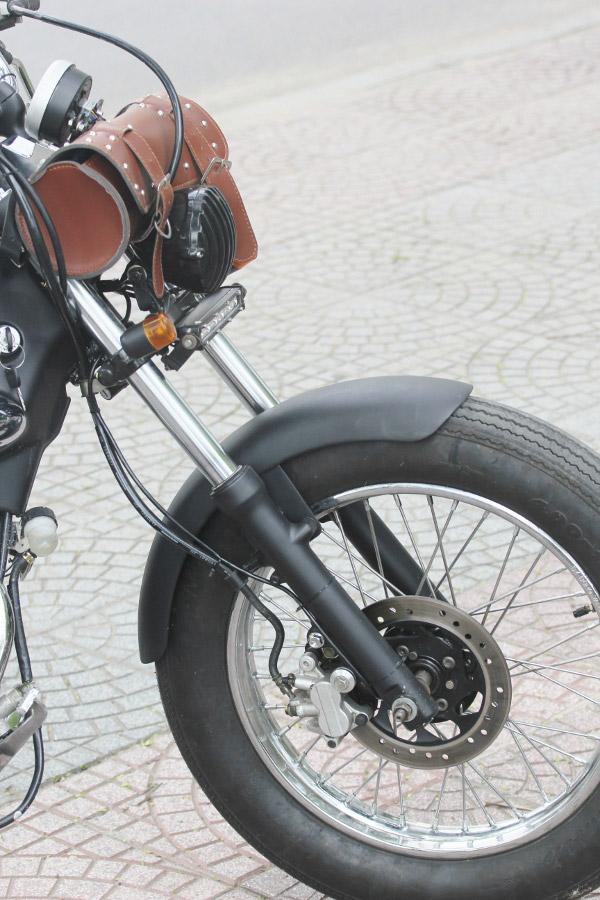 Cặp phuộc rất dài được trang bị ở bánh trước của xe