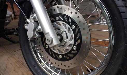 Bộ phanh đĩa được đặt tại dàn chân trước của xe, giúp xe giảm tốc an toàn hơn