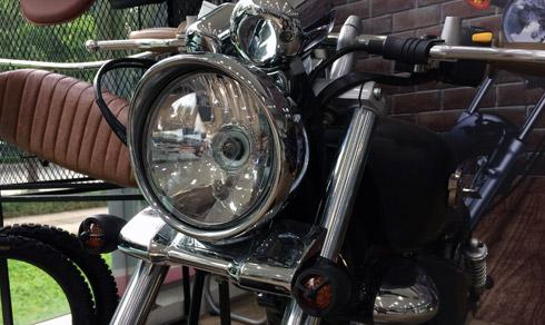 Bộ đèn pha tròn cổ điển analog kích thước lớn nguyên bản của xe vẫn được người thợ độ giữ nguyên