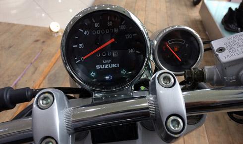 Chiếc xe vẫn được giữ nguyên bộ đồng hồ nguyên bản, mặt đồng hồ dạng tròn hiển thị những thông số cơ bản gồm vận tốc, quãng đường đi được, ký hiệu đèn xi-nhan và đèn báo phun xăng điện tử. Bên cạnh là đồng hồ nhỏ hơn hiển thị chế độ xăng của xe.