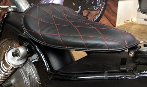 Yên xe Suzuki GZ 150 A độ tay lái ngang được thiết kế theo dạng đơn, chỉ dành cho người điều khiển xe