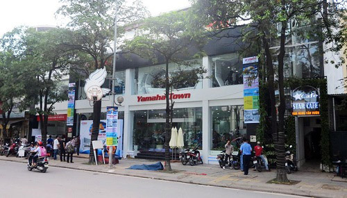 Kiểm tra khí thải xe máy tại cửa hàng chính hãng Yamaha Town